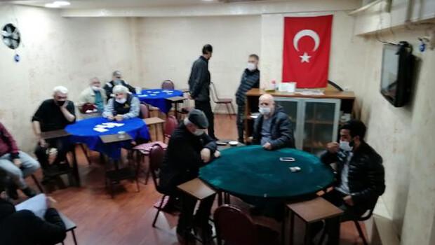 Ümraniye'de kapalı olması gereken kahvehanede kumar oynarken yakalandılar