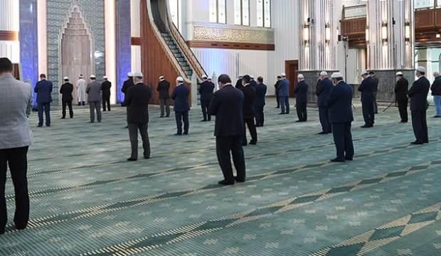 Vatandaş camilerin açılması için gün sayıyor!