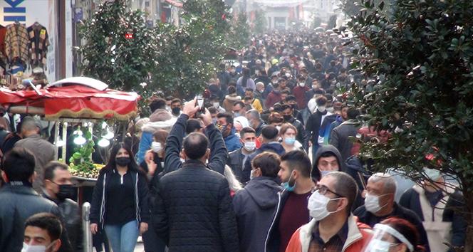 Taksim'de koronavirüse rağmen oluşan kalabalık dikkat çekti