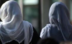 Fransa'da 18 yaşından küçüklere başörtüsü yasağı teklifi