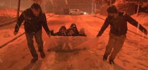 İstanbul'da çocuklar karın tadını çıkarırken sürücüler zor anlar yaşadı