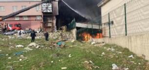 İstanbul'da ayakkabı mağazasında yangın: 3 araç küle döndü