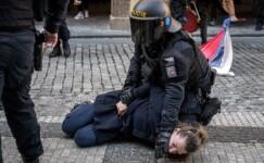 Prag'da hükümetin koronavirüs kısıtlamaları protesto edildi