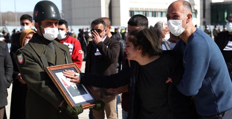 Bitlis'te helikopter kazasında şehit olan 11 asker için tören… Gözyaşları sel oldu