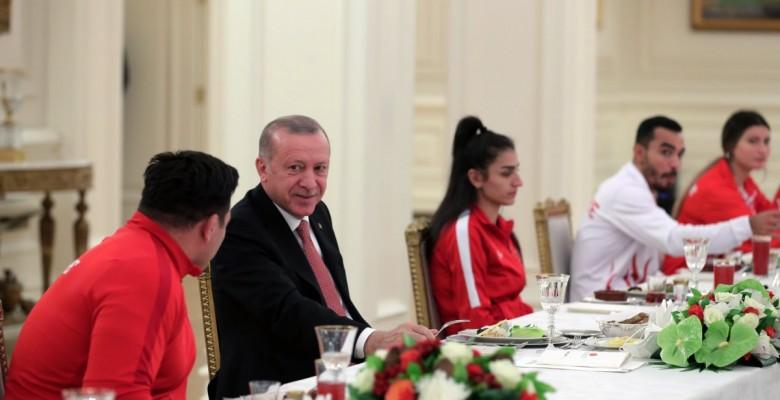 Cumhurbaşkanı Erdoğan milli sporcularla iftar yemeğinde bir araya geldi