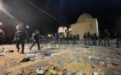 İsrail polisi, Mescid-i Aksa'daki cemaate saldırdı